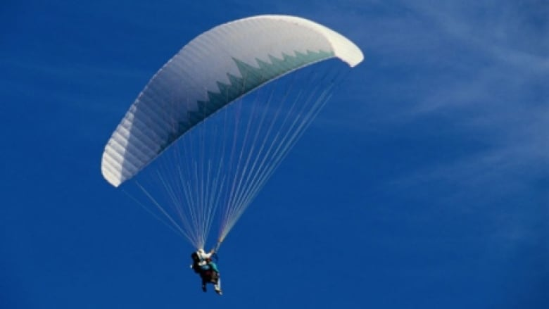 Paraglider dies after wind drags him into St  Lawrence River