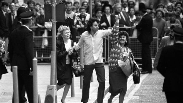In this Thursday, Oct. 19, 1989 file photo, Gerry Conlon, centre, is seen outside the Old Bailey after being released for being wrongly convicted of the Guilford pub bombings, in London.