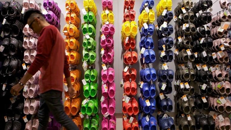 sklep dyskontowy tani niesamowite ceny Crocs to close up to 100 stores worldwide | CBC News