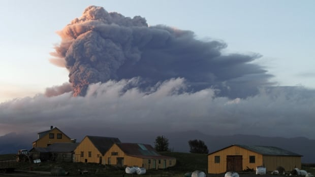 A fresh cloud of ash rises from the volcano under the Eyjafjallajokull glacier in Iceland May 16, 2010. A fresh eruption from the country's Bardarbunga volcano remained a threat on Thursday.