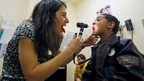 Cold vs. strep: Dr. Joshua Tepper explains how to tell the difference thumbnail