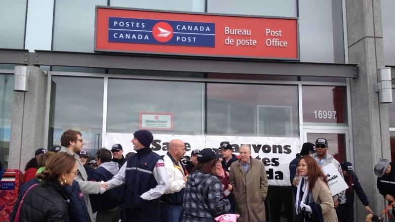 Postal workers go door to door in west island to protest delivery