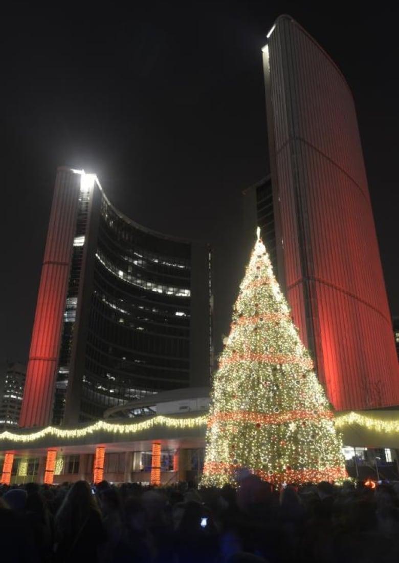 Phillips Christmas Lights.Nathan Phillips Square Raises 18 Metre Christmas Tree Cbc News