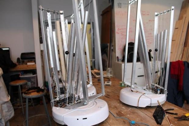 Robots for Swarming Emotional Pianos performance