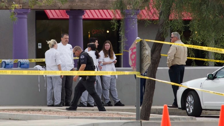 Phoenix shooting leaves 1 dead, 5 wounded | CBC News