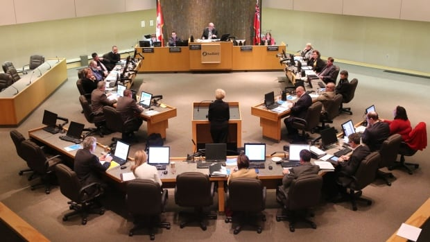 Currently, broadcasts of Sudbury city council and committee meetings do not include closed captioning.