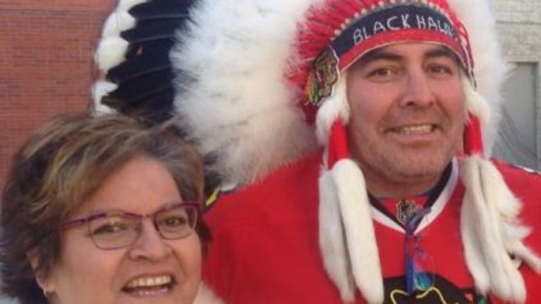 brand new 2ec78 ce701 Chicago Blackhawks fan wearing headdress shocks hockey fans ...