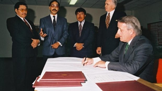 Brian Mulroney signs the Nunavut Land Claim Agreement, 1993, with James Eetoolook, Paul Quassa, Titus Allooloo and Tom Siddon looking on.