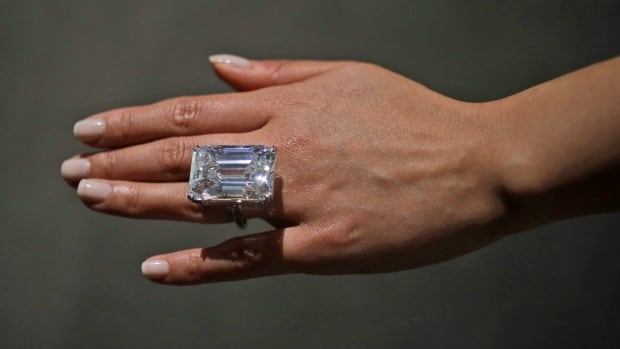 100 carat diamond sells for 22m at sotheby 39 s cbc news. Black Bedroom Furniture Sets. Home Design Ideas
