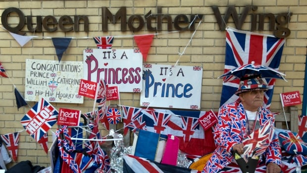 Royal fan Terry Hutt sits outside the Lindo wing of St. Mary's Hospital in central London on April 22, 2015, in anticipation of the Duchess of Cambridge giving birth to her second child later this month.