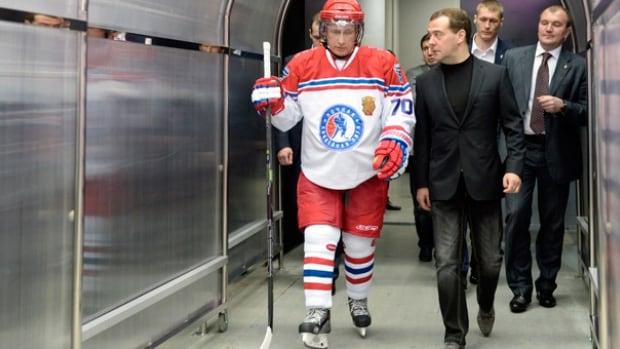 Vladimir Putin skates with retired NHLers, scores 8 goals