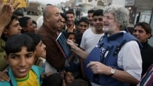 John F. Burns interviewing Iraqis after the capture of Saddam Hussein in 2003