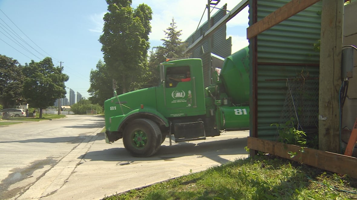Montreal Cement Plants : Mimico residents say concrete plant clogging streets with