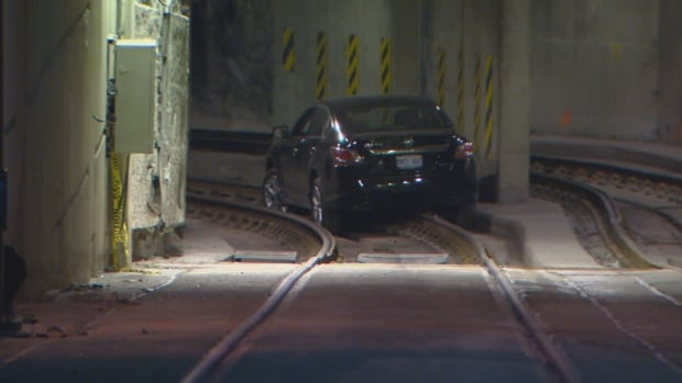 Car Gets Stuck After Driving Into Ttc S Queens Quay Tunnel
