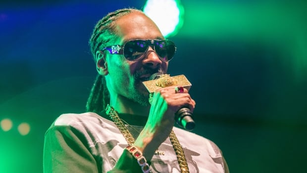 Rapper Snoop Dogg performs in Uppsala, Sweden, July 25, 2015. Snoop Dogg was briefly arrested by Swedish police on suspicion of using illegal drugs, police sources said on Sunday.