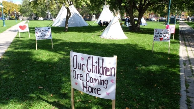 Families of kids in care protest apprehension rates in 2015. A new poll suggests First Nations and Métis people have little faith in Manitoba's child-welfare system.
