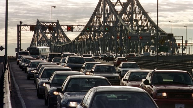 Canada's Ecofiscal Commission wants to put tolls on Montreal's bridges, including the Jacques Cartier Bridge.