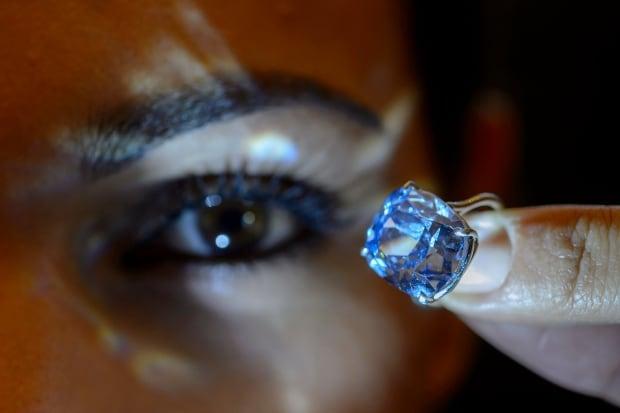 SWITZERLAND AUCTION SOTHEBYS BLUE MOON DIAMOND 2015