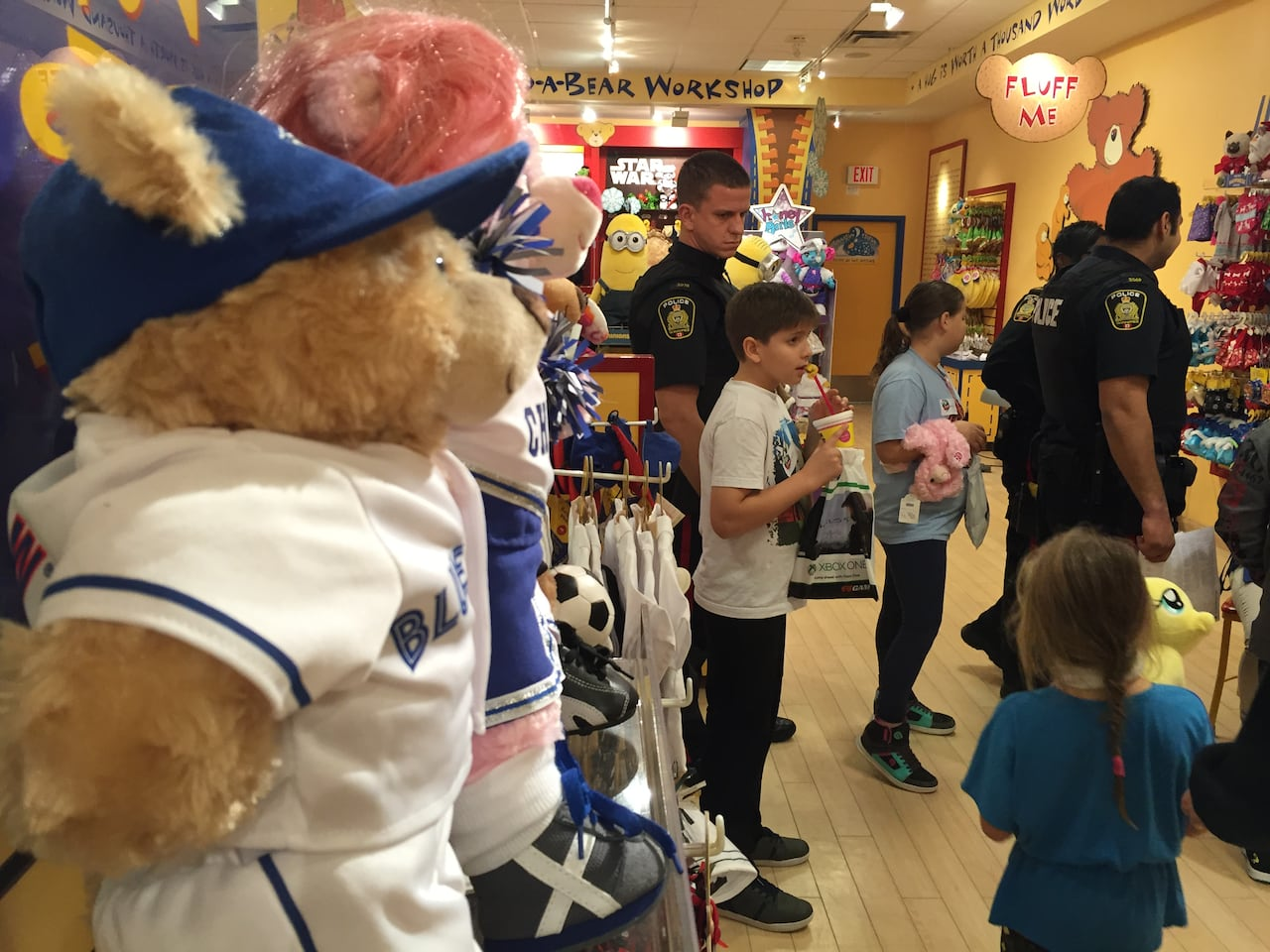 Winnipeg police officers take students on shopping spree