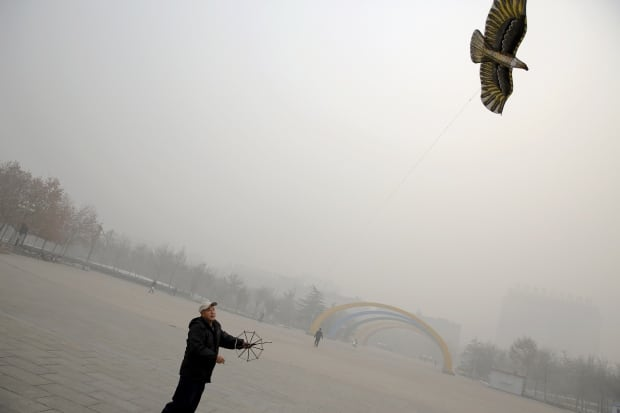 Beijing bad air quality Nov 30 2015 kite flier