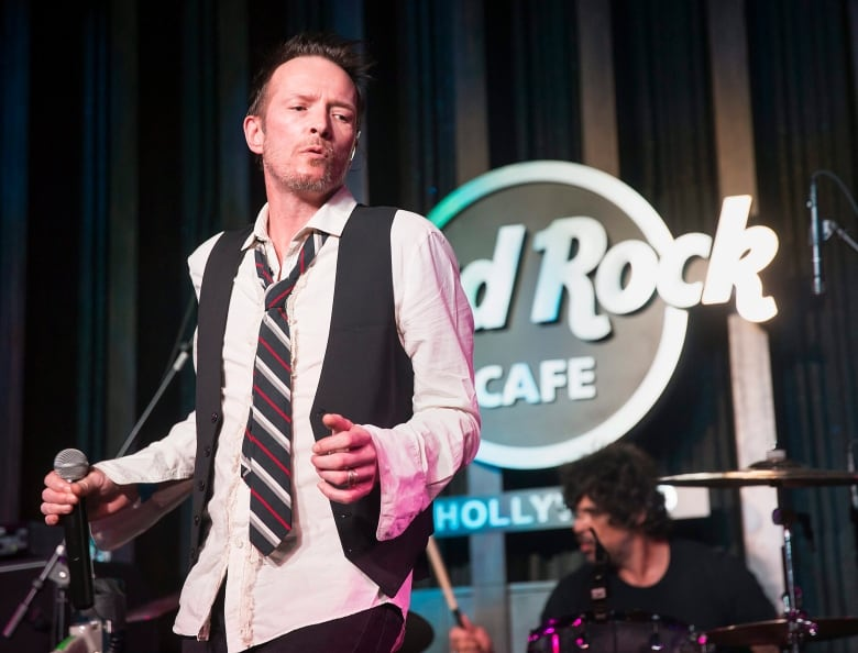 Scott Weiland, singer from Stone Temple Pilots and Velvet Revolver, dead at 48