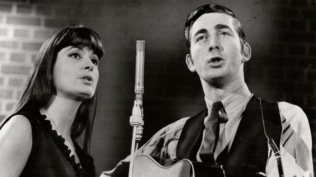 Folk singers Ian and Sylvia Tyson performing at a benefit show in 1964.