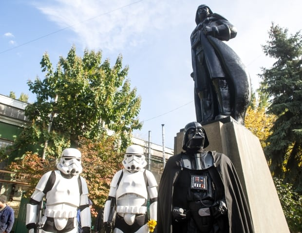 Star Wars Ukraine Darth Vader statue replaces Lenin in Odessa Oct 2015
