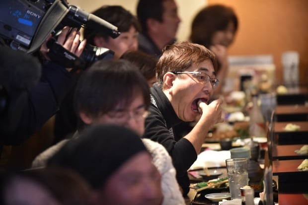 Tsukiji fish market customers eat sushi from 1st New Years auction Jan 5 2016