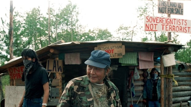 William Jones Ignace, also known as Wolverine, shown in the centre, led a protest in 1995 on a private ranch that he and other First Nations claimed was on their unceded territory.