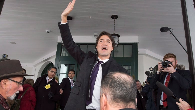 94de4c5e9 Prime Minister Justin Trudeau waves to supporters as he arrives for a  cabinet retreat at the Algonquin Resort in St. Andrews
