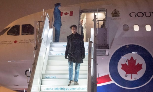 Trudeau gets off plane in Davos