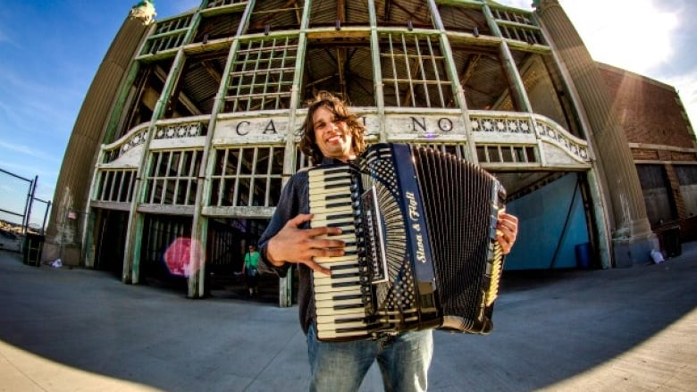 Accordionist Alex Meixner gets feet tapping with his unique brand of