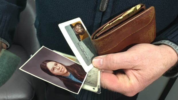 The wallet contained an ID card, $20 and a photo of Della, the girl who would later become Parker's wife.