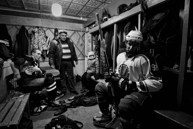 World Press Photo 2016 1st prize sports stories winner Vetlugas Hockey by Vladimir Pesnya