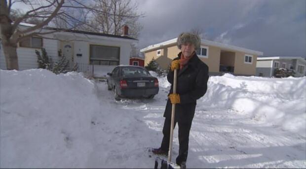 Azzo snow shovelling