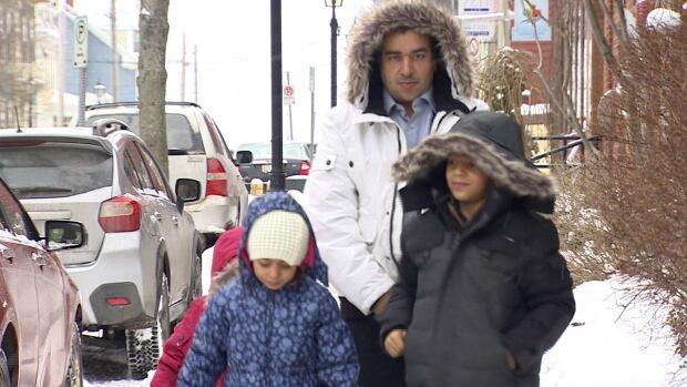 si-refugee-family