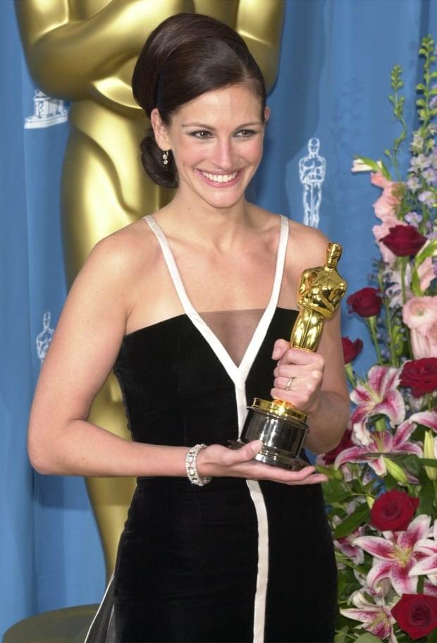 OscarsFashionHistory - Julia Roberts 2001