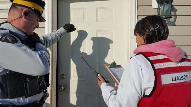 RCMP officer and volunteer band member tell people to leave their homes as part of