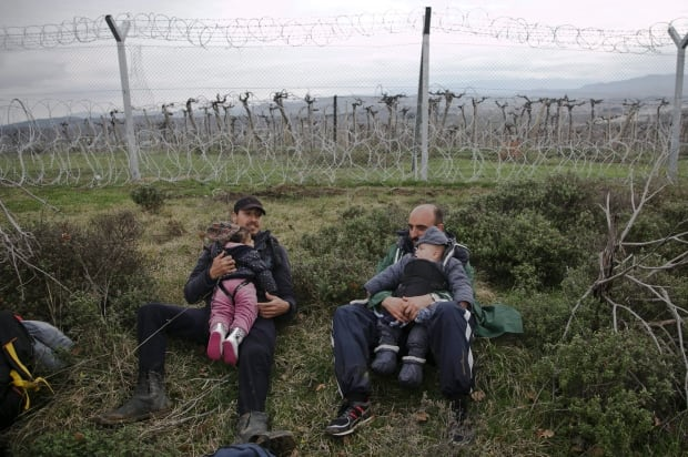 Greece Migrants flee Idomeni for Macedonia March 14 2016