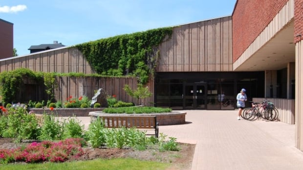 The UPEI student union is applauding the decision to resume contract talks between the university and the faculty association.