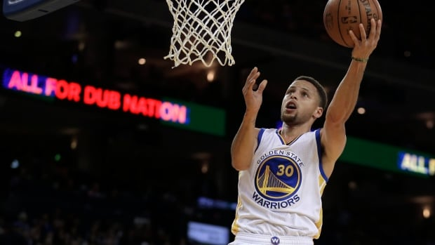 Stephen Curry had 33 points to help the Golden State Warriors become the second team to post back-to-back 65-win seasons with a 128-120 victory over the Dallas Mavericks on Friday night.