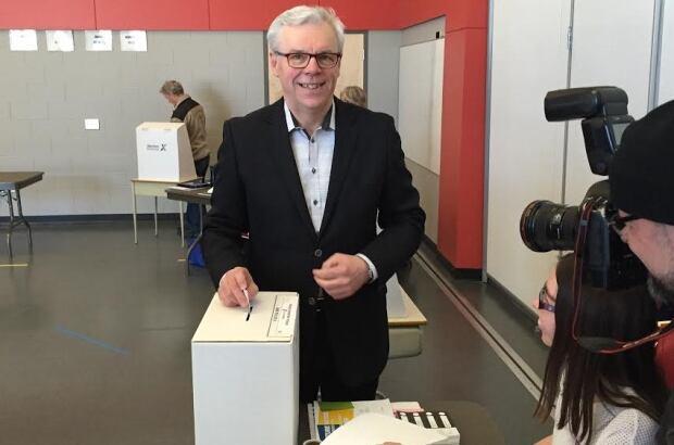 Greg Selinger votes