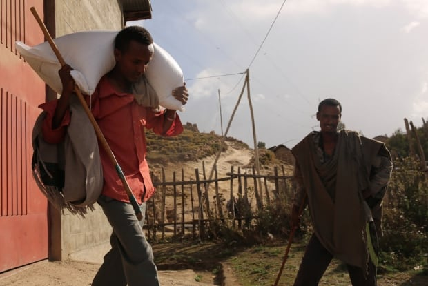 Ethiopians pick up food aid at government aid centre