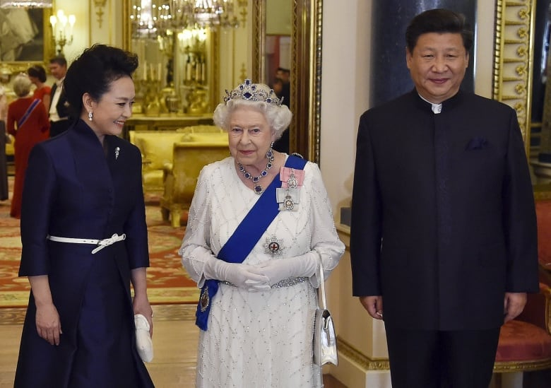8e630b883fd92 Queen Elizabeth appears with Chinese president Xi Jinping and his wife Peng  Liyuan at a state banquet at Buckingham Palace last October.