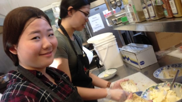 Leo Hayes students making sandwiches