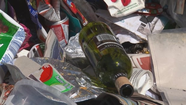 The union representing glassworkers in Quebec is calling for a glass bottle return program.