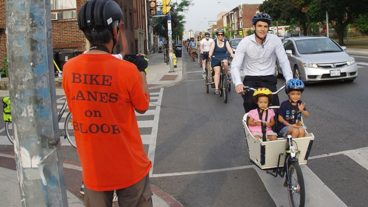 Bloor Street bike lanes open to the delight of Toronto cyclists Bloor Street bike lanes open to the delight of Toronto cyclists - Toronto - CBC NewsBells ring out on Bloor as bike lanes open to public, city keen to study lanes - 웹