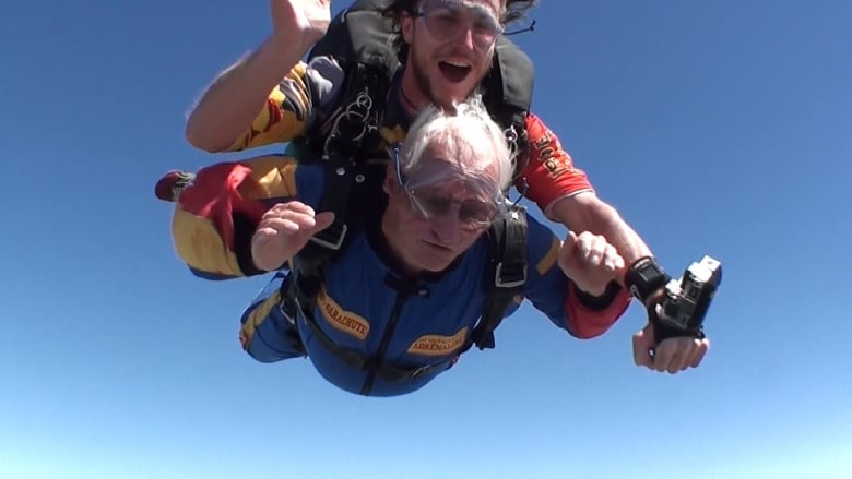 Fulfilling decades-old vow, 90-year-old Quebec man skydives