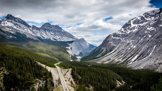 Stretching 232 kilometres through the national parks of Banff and Jasper, the Icefields Parkway takes travellers through the wilderness of pristine mountain lakes, ancient glaciers and broad sweeping valleys.