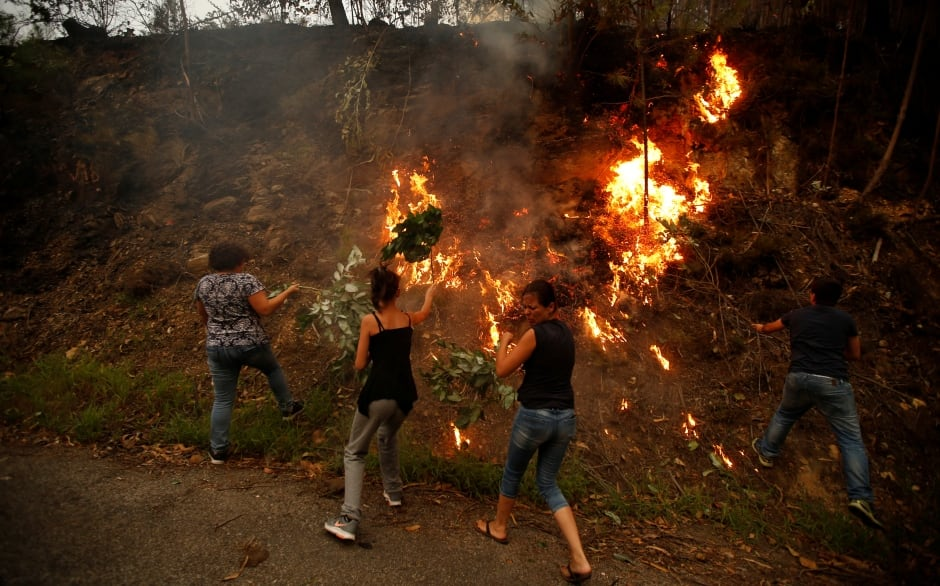 PORTUGAL WILDFIRES civilians fight forest fire